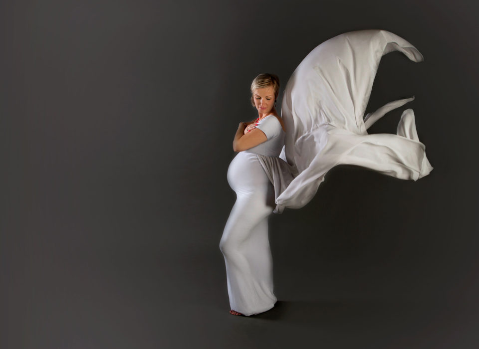 photo grossesse en studio sur fond gris