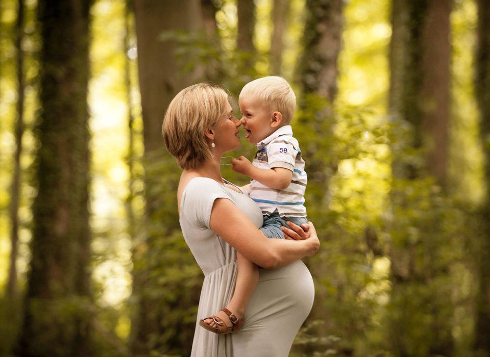 photo grossesse en forêt avec grand frère