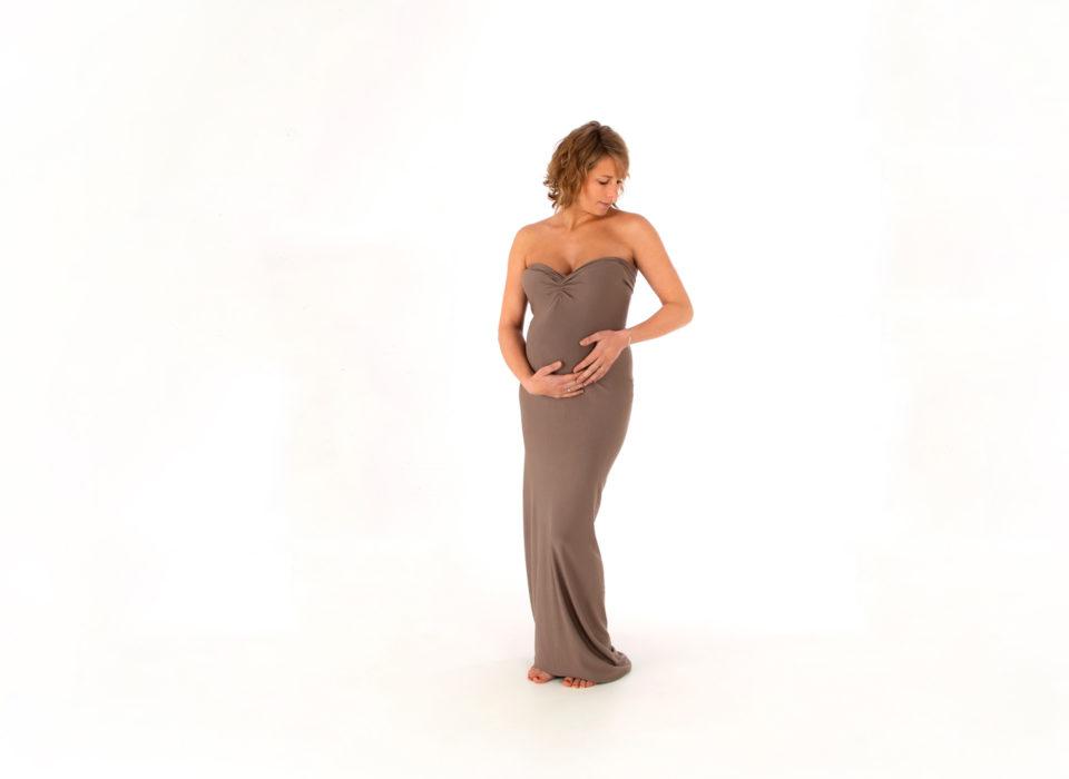 photo grossesse en studio sur fond blanc