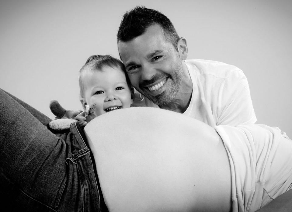 photo grossesse en studio avec grand frère