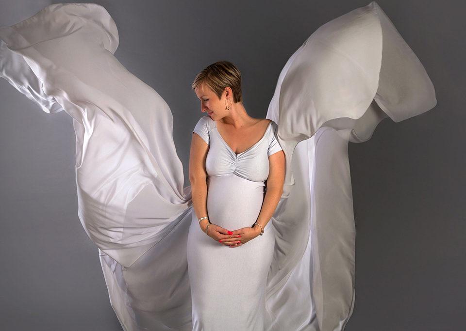 femme enceinte avec voilage gris