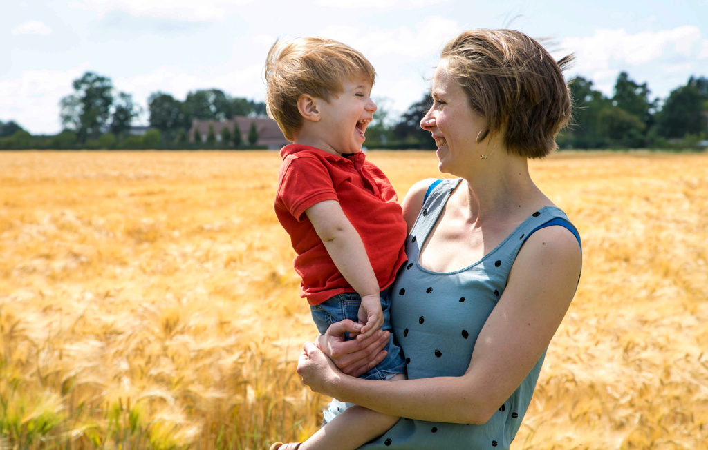 fou rire entre une marraine et son filleul