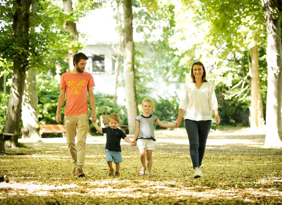 une famille qui se balade dans un parc