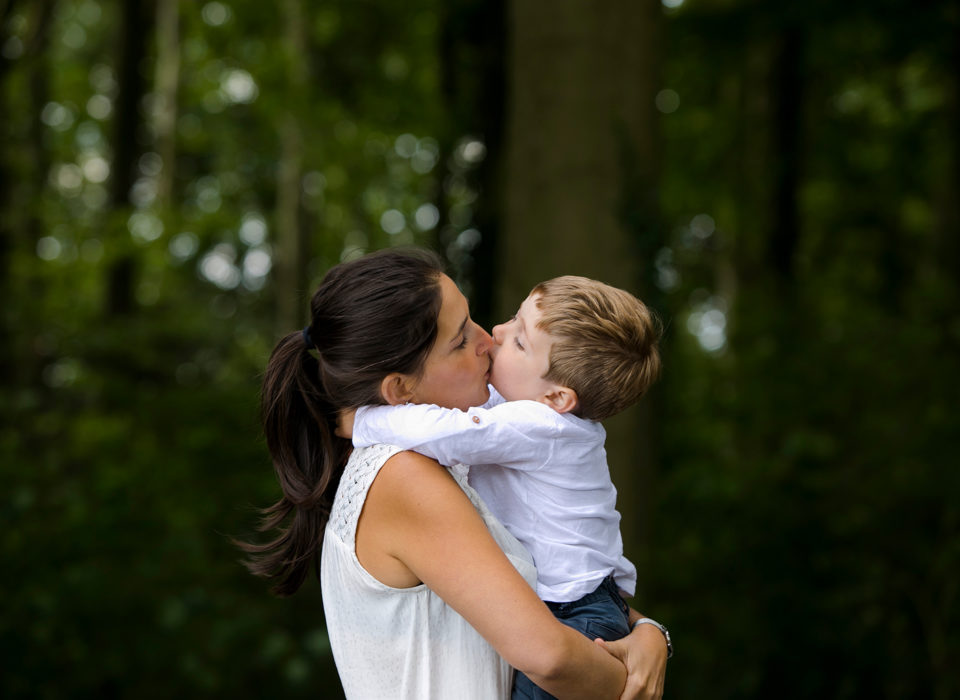 une mère fait un bisou à son fils