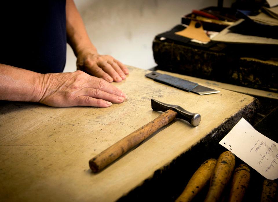 artisan maroquinier au travail