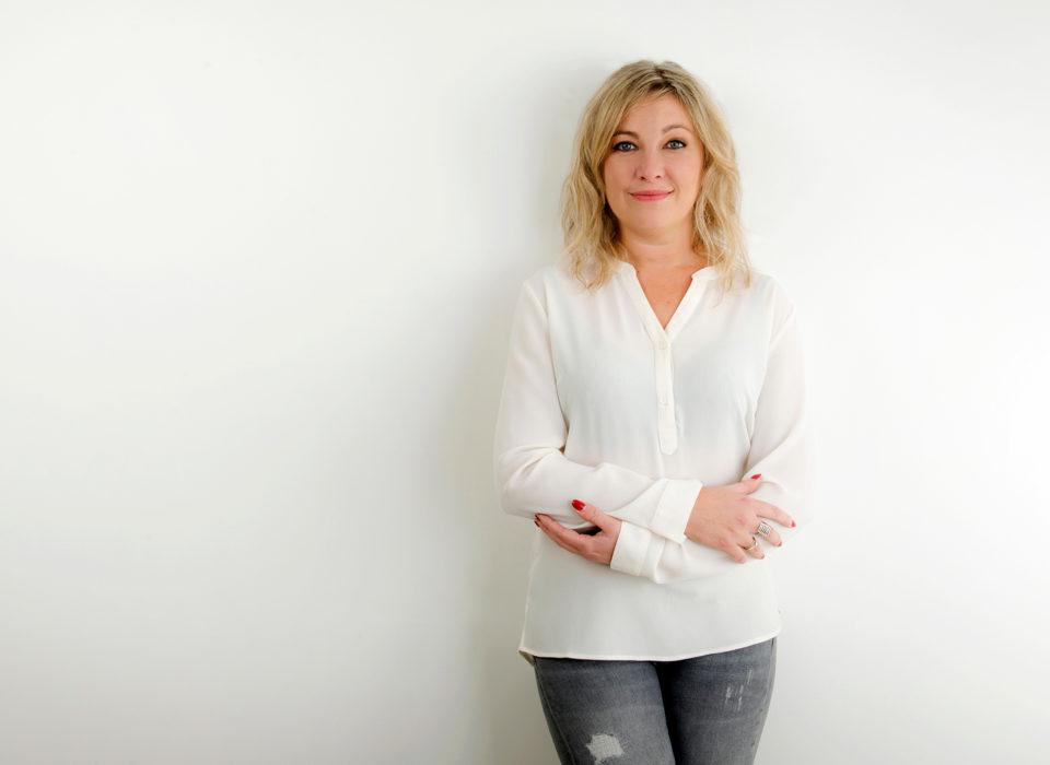 photo corporate d'une femme avec un chemisier blanc