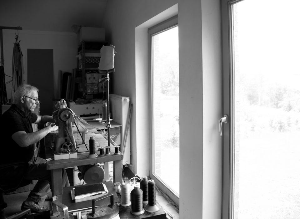 artisan maroquinier travaillant dans son atelier