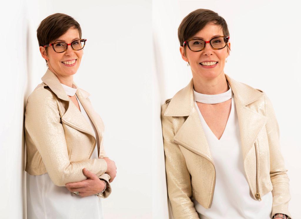 portrait de femme en veste dorée sur fond blanc en studio