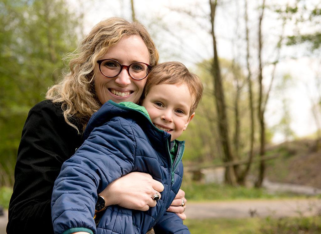 photo de famille d'un petit garçon et de sa maman se baladant dans les marais de Fretin