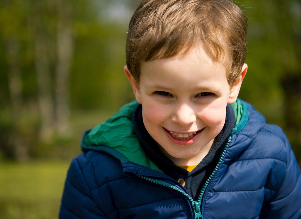 un petit garçon en balade dans les marais de Fretin