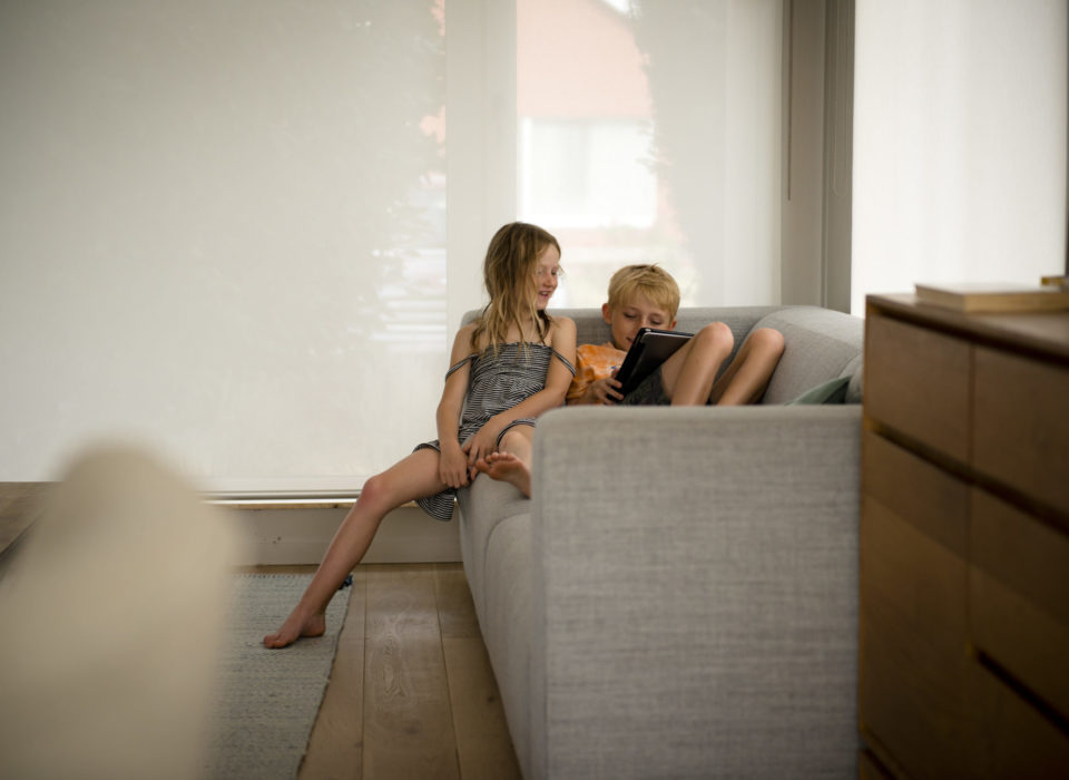 des enfants qui s'amusent dans leur salon