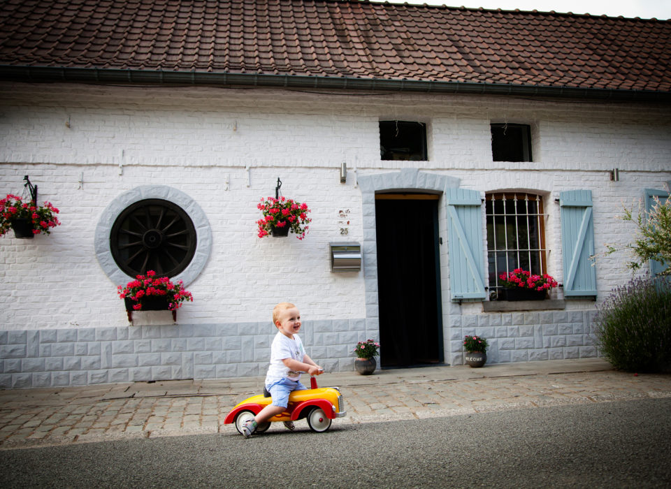 séance photo famille lifestyle avec petite voiture