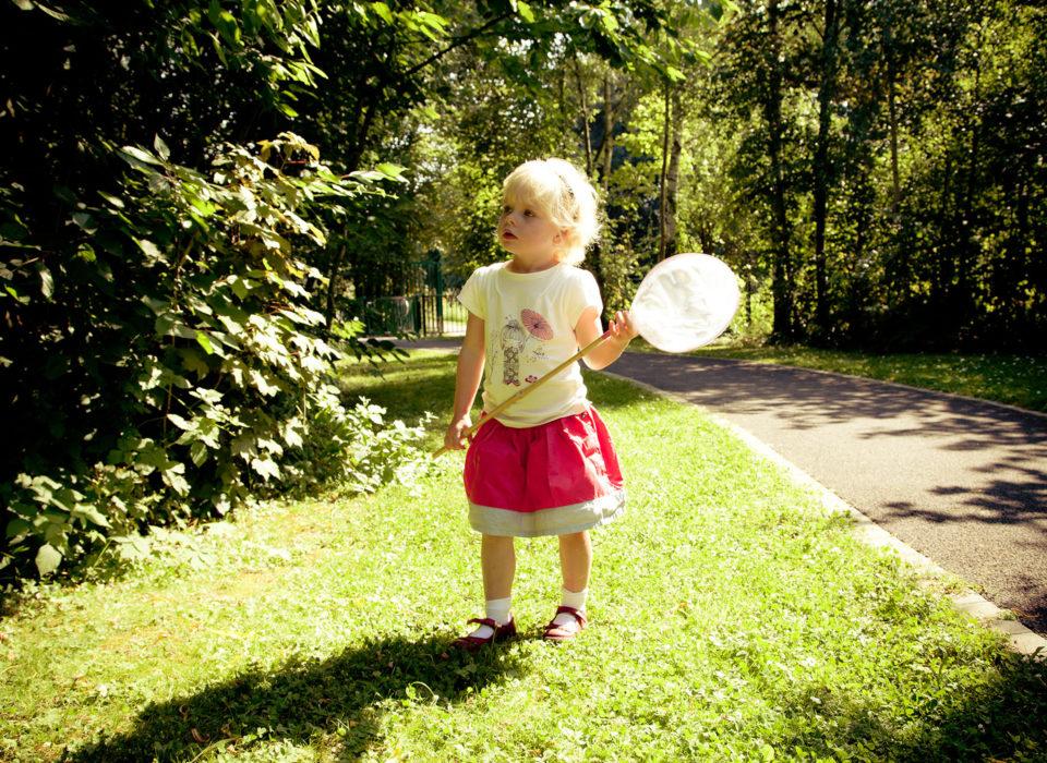un enfant à la chasse aux papillons