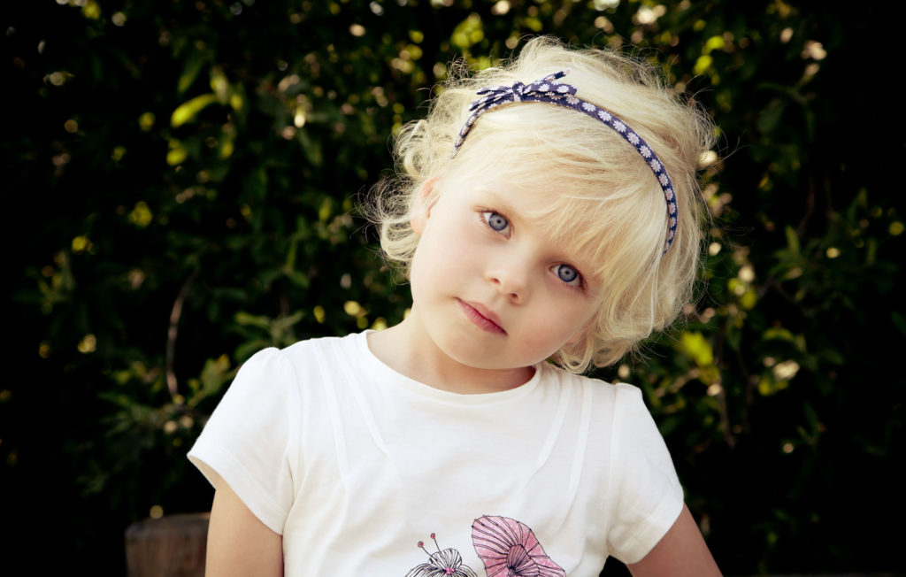 portrait d'une petite fille dans un parc