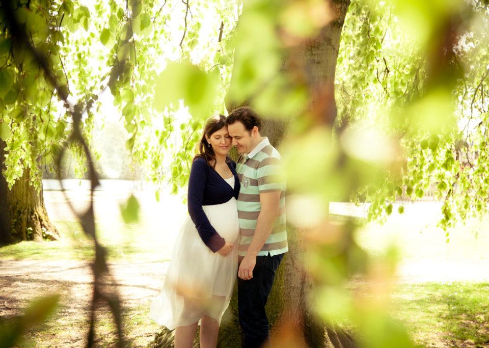 femme enceinte et son mari sous un arbre
