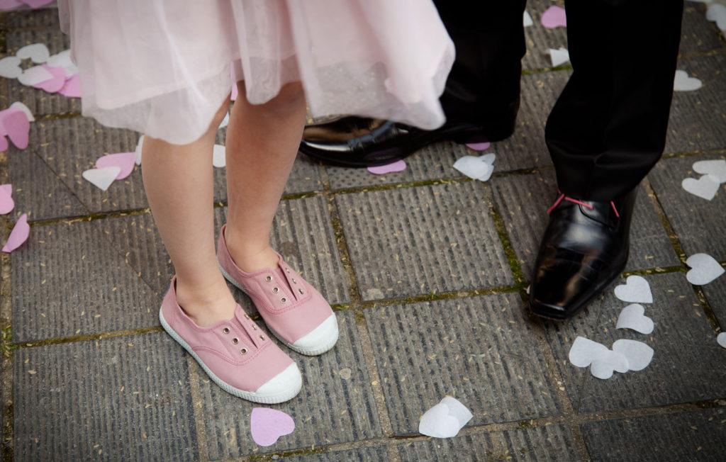 pied d'un enfant à la sortie de l'église