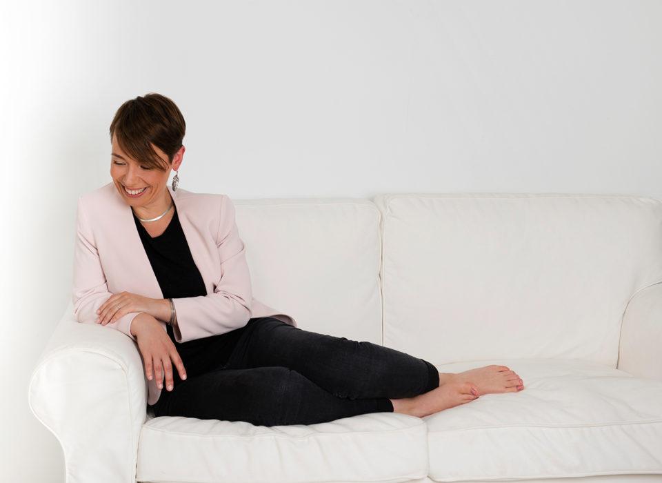 portrait de femme dans canapé sur fond blanc