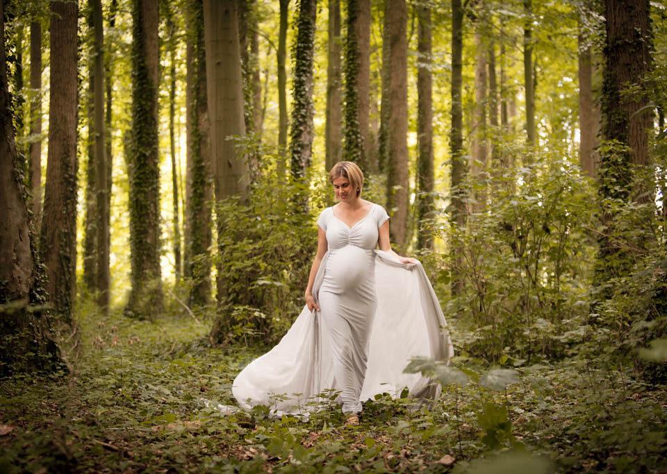 femme enceinte qui se promène dans les bois