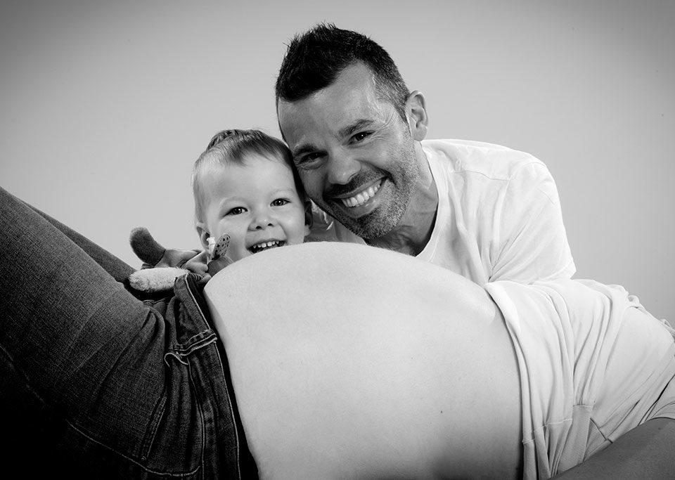séance photo maternité et enfant en studio en noir et blanc