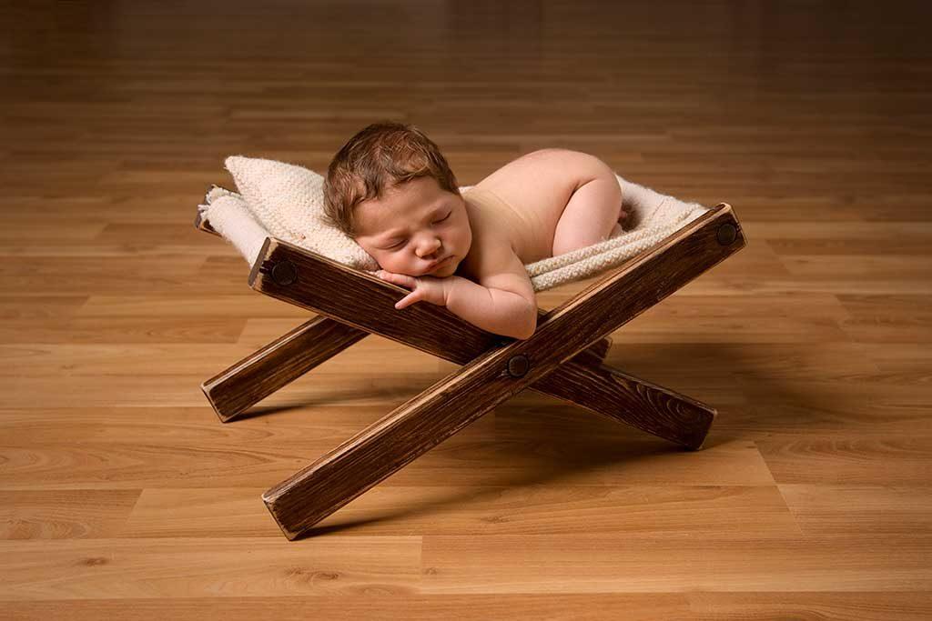 nouveau né dort sur un transat
