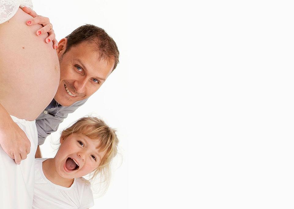 séance photo grossesse en studio sur fond blanc avec enfant et papa