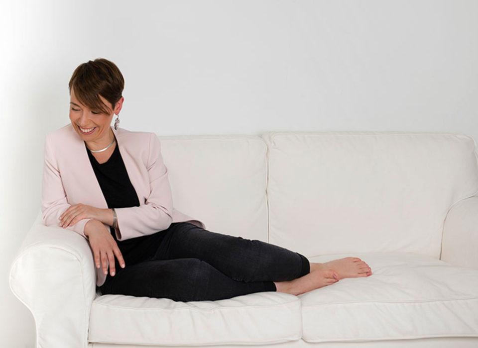 une femme assise dans un fauteuil pendant une séance photo
