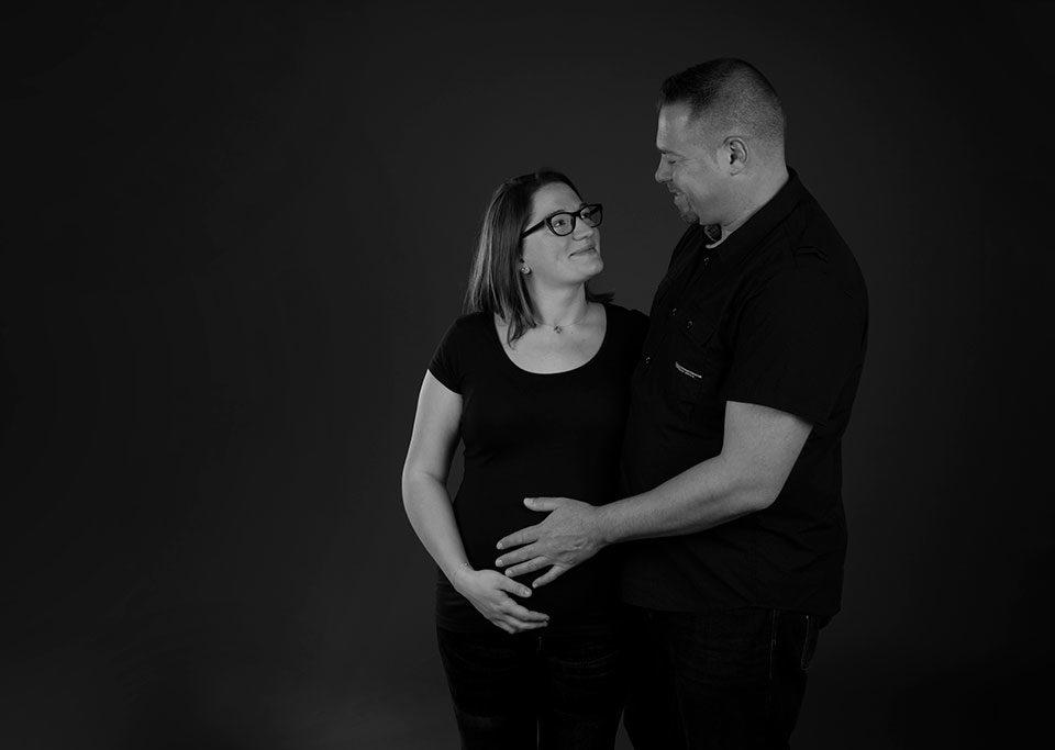 séance photo grossesse en studio noir et blanc