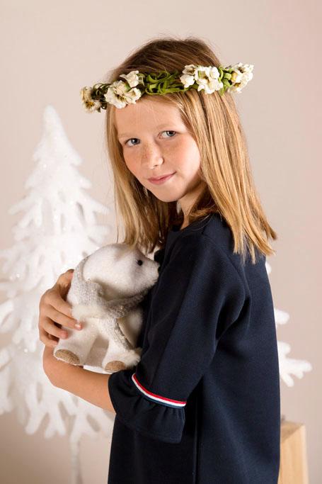 Mini Session de Noël avec un tipi en tissu et des animaux de la forêt et des sapins blancs.