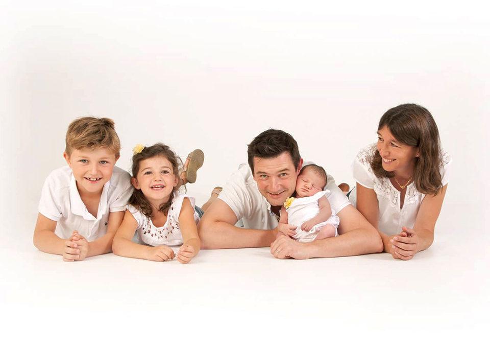 photo de famille sur fond blanc