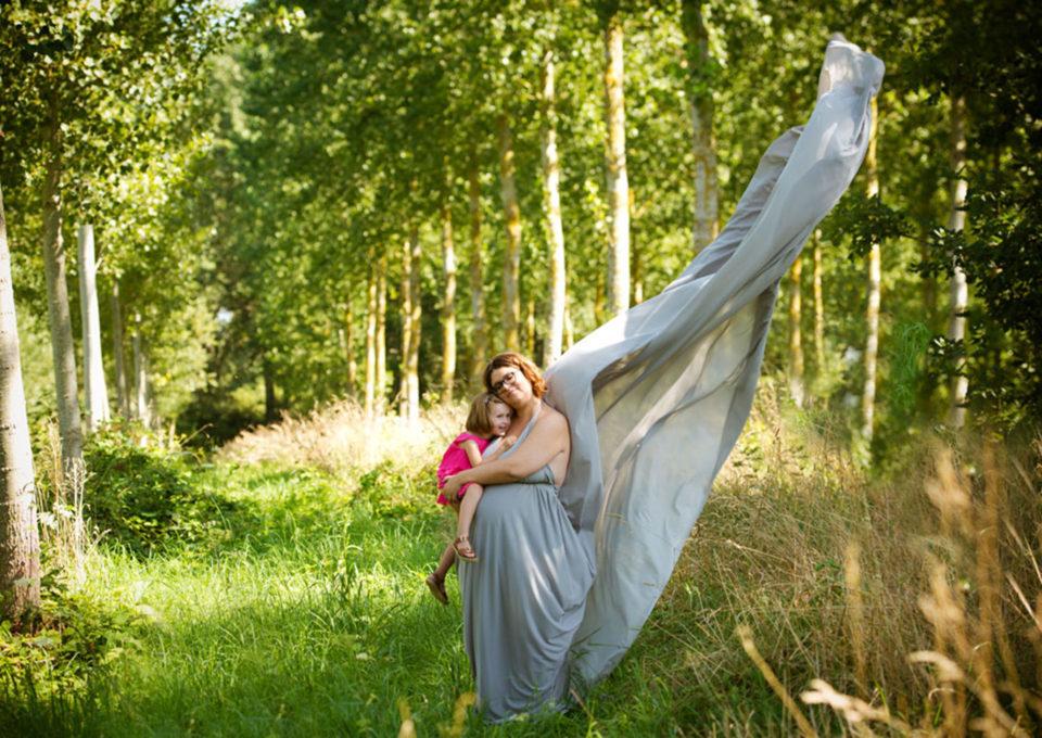 une future maman avec sa fille dans les bois