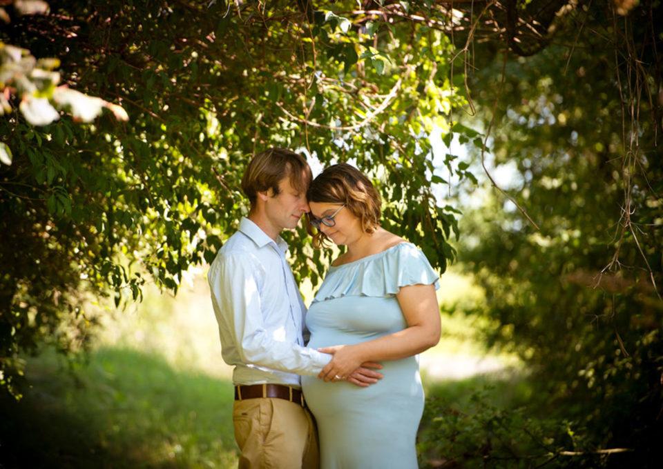 une future maman avec son mari dans les bois