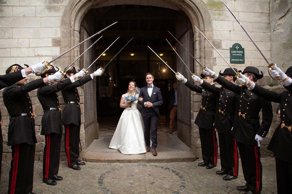 sortie de l'église des mariés avec une touche de bleue