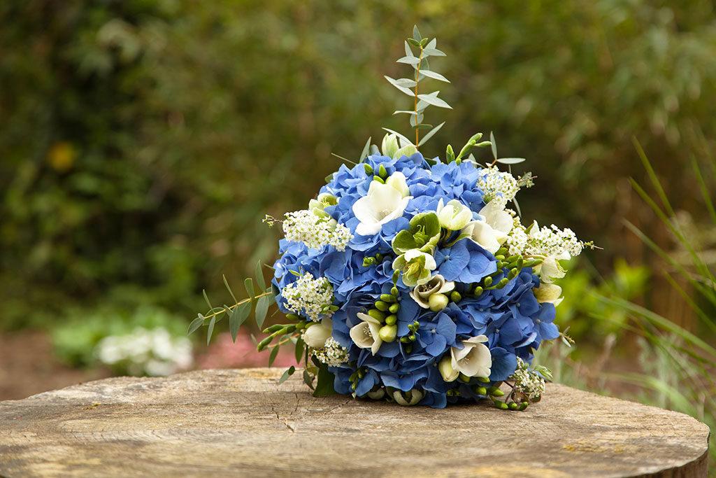 le bouquet bleu, vert et blanc de la mariée