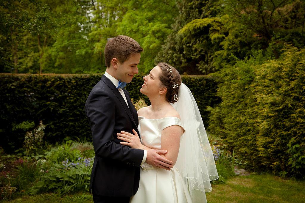 le marié et la mariée qui se regardent amoureusement