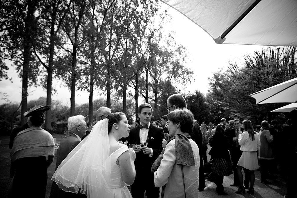 Les mariés en train de discuter avec leurs invitéspendant leur vin d'honneur