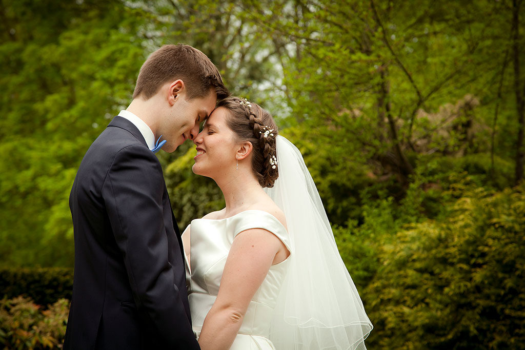 les mariés dans un parc pour leur mariage