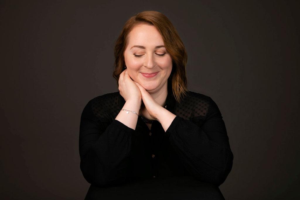 portrait de femme sur fond noir en studio.