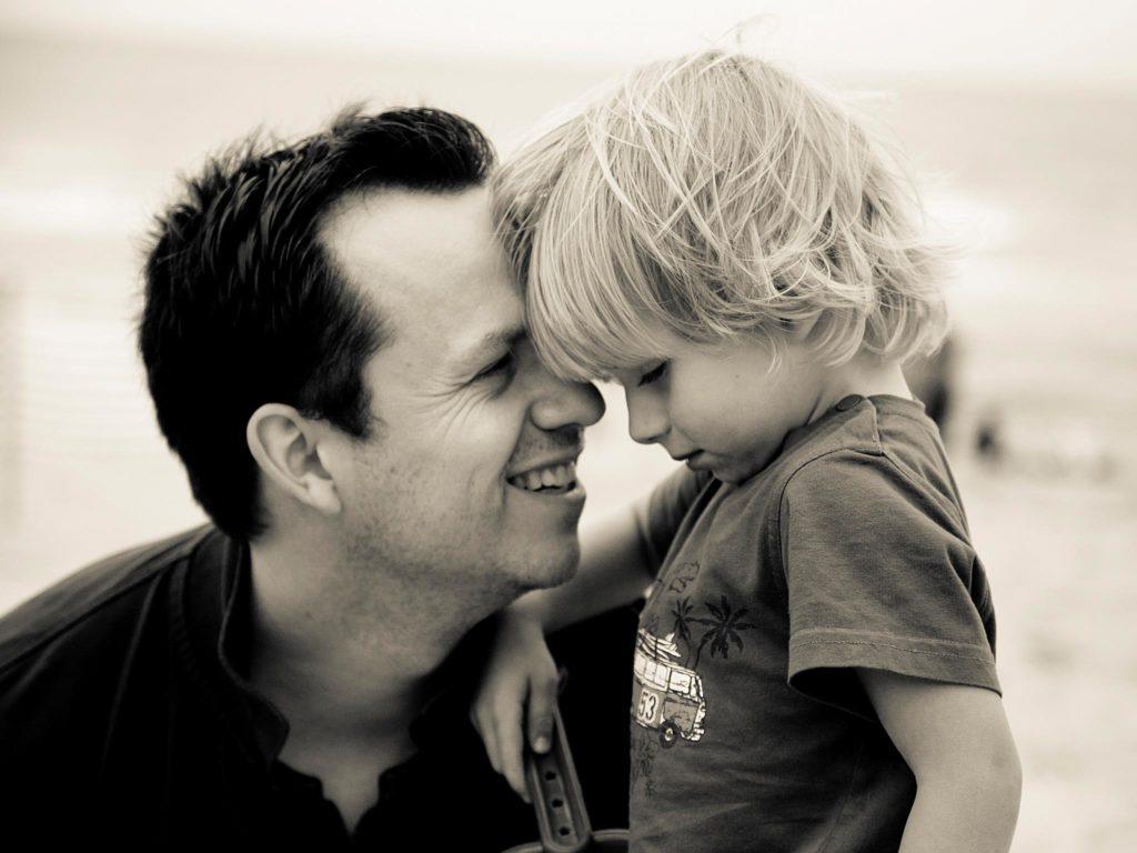 un père et son fils à la mer.