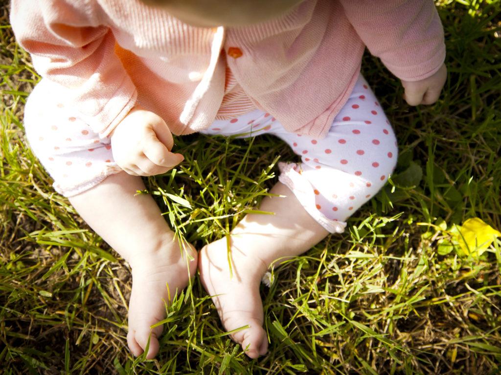 pieds d'un bébé dans l'herbe