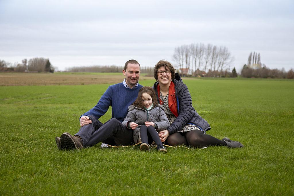 photo de famille dans l'herbe