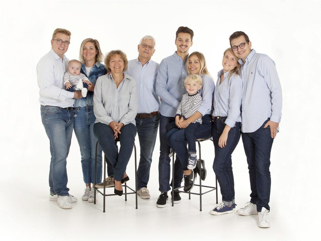 photo de famille sur fond blanc comprenant les grands-parents, les enfants et les petits-enfants.