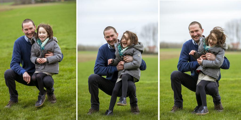 un père et sa fille qui jouent dans l'herbe