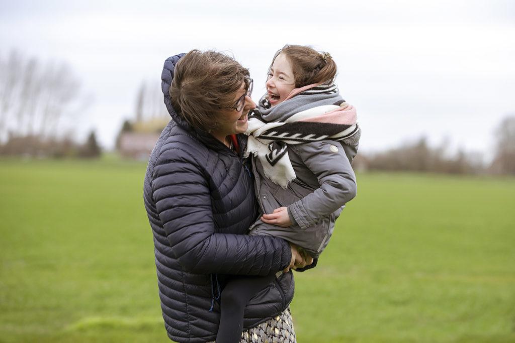 une mère et sa fille qui jouent ensemble