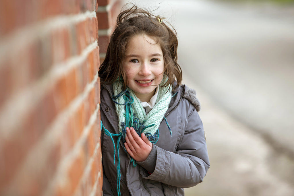 portrait d'une petite fille dans une ferme