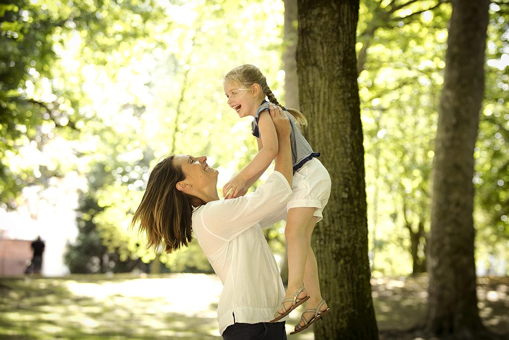 une mère et sa fille jouant dans un parc
