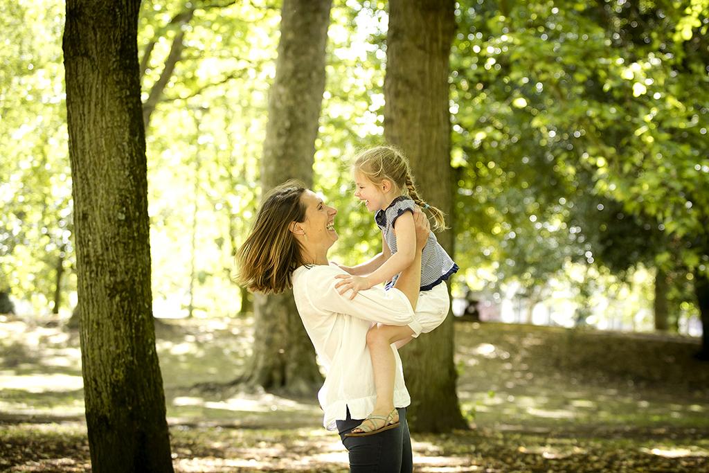 maman jouant avec sa fille dans un parc