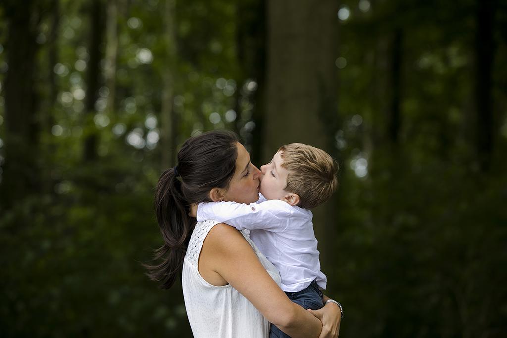 une mère faisant un bisou à son fils