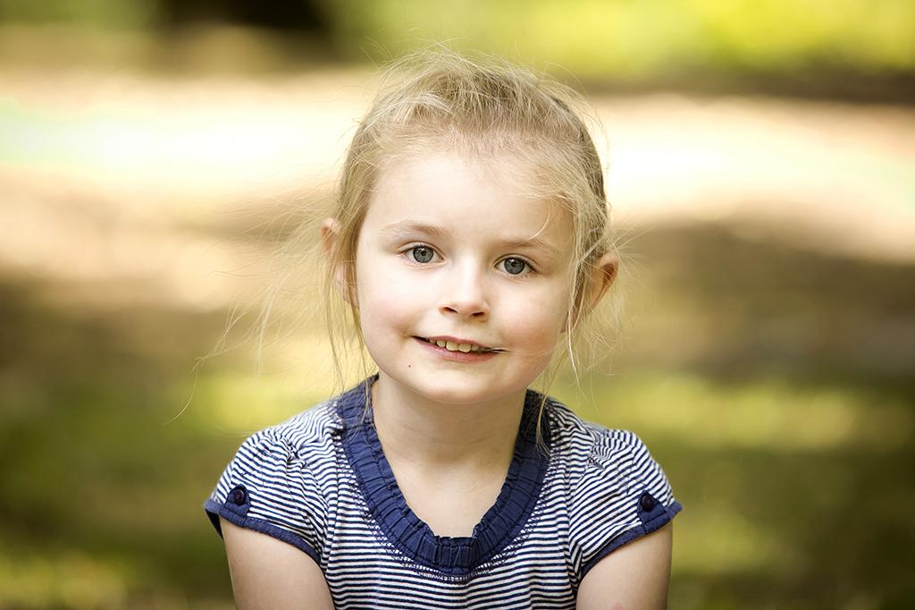 portrait d'une petite fille en extérieur