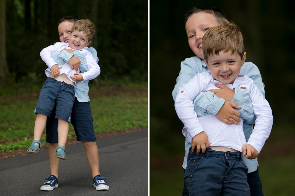 un grand frère portant son petit frère dans les bras