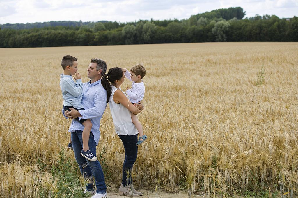 photographies de famille dans les champs de blé à Ath